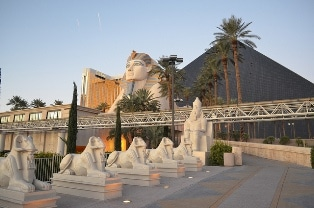 Pyramid Hotel In Las Vegas All About The Luxor Including Height